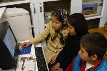 unsere Schulkinder am Computer.jpg